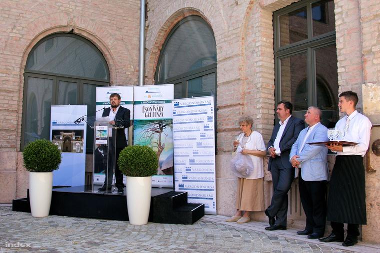 Gulyás Gábor, a kiállítás kurátora a második megnyitón.