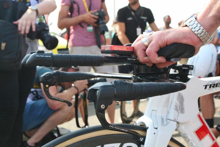 Néhány példa az elektromos váltás gombjaira, melyet Fabian Cancellara időfutam kerékpárján két helyen is elhelyeztek, a könyöklő végén és a fékkarok mellett is.