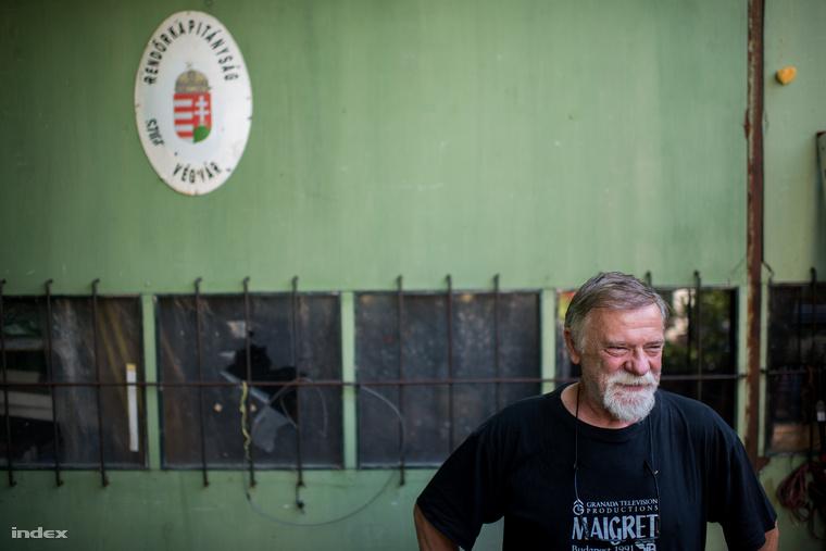 Cseh György a filmszakmában dolgozik, a falon egy relikvia a Kisvárosból. A való életben a hatóságok kevésbé hatékonyak, mint Hunyadi János főtörzs.