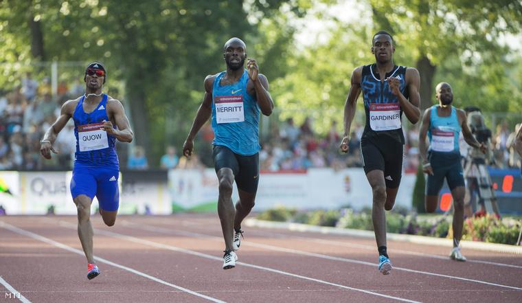 A későbbi győztes bahamai Steven Gardiner (j2) az amerikai Lashawn Merritt (b2) a trinidadi Renny Quow (b)