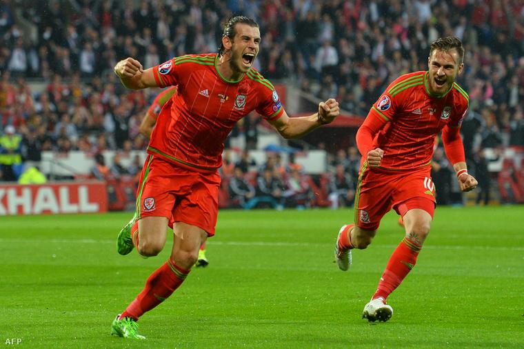 Gareth Bale és Aaron Ramsey a Wales–Belgium Eb-selejtezőn a cardiffi stadionban, 2015. június 12-én