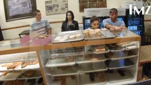A rendőrség vizsgálja Ariana Grande illegális fánknyalását