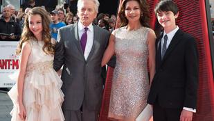 Michael Douglas először vitte vörös szőnyegre a gyerekeit
