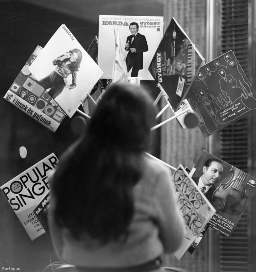 A hetvenes évek elején a lemezipar már kezdett felívelni. De itt is szűk keresztmetszet volt, nagyon meg kellett gondolni, mit préseljenek, milyen példányszámban. Ez a kirakat csak a könnyűzenei kínálatot mutatja, meglehetősen esetlen elrendezésben. Mint látszik, a pártállami illetékesek nem feltétlenül engedtek a fiatalok ízlésének. Nyolc lemez látszik, abból egy Illés és egy Zalatnay. Hagyományos könnyűzene – modern popzene 6:2.