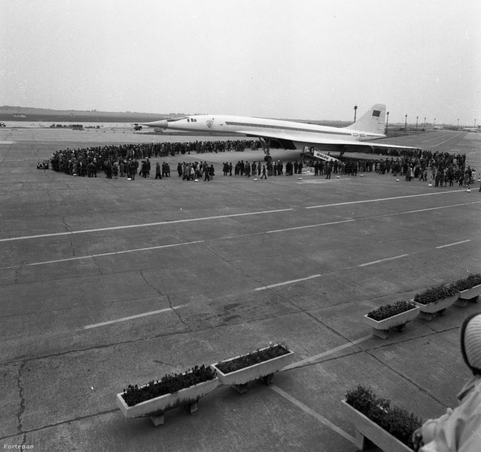Az olvasó nyilván rávágja: Hű, egy Concorde – Pesten! Pedig nem, ha belenagyítunk a képbe, (ezt az olvasó jelenleg nem tudja megtenni, csak akkor, ha majd kikerül a kép a Fortepanra) – el lehet olvasni, hogy ez egy Tu 144-es gép, amely az élenjáró szovjet technológia fölényét volt hivatva bemutatni. Annyira hasonlított a Concorde-ra, hogy annak idején a                          budapestiek csak mosolyogni tudtak rajta. Pedig a szakirodalom szerint számos alapvető különbség volt köztük, a külsőt pedig az aerodinamika szabta meg. Egy évvel a pesti vizit után, 1973. június 6-án a párizsi légiparádén az egyik TU-144-as lezuhant. A Concorde-dal ellentétben a szovjet gépre nem volt szükség – csak a hatalmas veszteséget termelte…                          A technológiai fölényt pedig nem hitte el sem a hazai, sem a külföldi közönség.