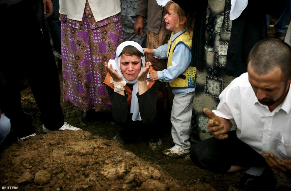 """2005-ben, a mészárlás 10. évfordulóján 610 addigra azonosított holttestet temettek el.                         A nyugatiak békekötéshez kitalált Bosznia és Hercegovina térképe folyamatosan alakult a háború alatt. 1993-ban az ENSZ biztonsági tanácsa kiadott egy határozatot, amely szerint a szerbek nem tarthattak volna meg semmilyen olyan területet, amit etnikai tisztogatással szereztek meg. Ettől a tervtől a befolyásos államok alkotta """"Kontakt-csoport"""" néhány hónap jelentősen eltért, és egy olyan térképpel állt elő, amely a három, boszniai muszlimokkal túlzsúfolt biztonságos zónát egy enklávéként meghagyta volna a boszniai szerbeknek. Hamar világossá vált, hogy ebbe a szerbek nem fognak belemenni, csak akkor, ha a biztonságos zónákat teljesen átadják nekik, ami azt jelentette, hogy itt így vagy úgy, de nem maradhatnak muszlimok."""