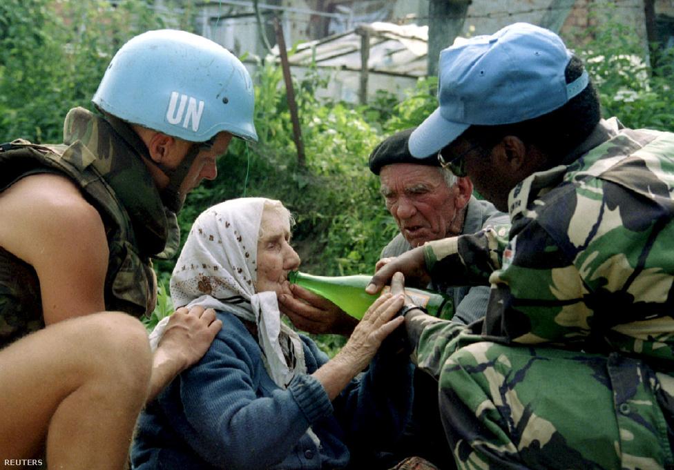 """Holland ENSZ katonák itatnak egy srebrenicai menekültet, aki arra vár, hogy bosnyák területre szállítsák.                         A nyugati hatalmak azonban nem csak Srebrenica reménytlen helyzetét ismerték. Egy valaha az ICTY-nek dolgozó francia újságírónő, illetve több nyilvánosságra került dokumentum szerint azzal is tisztában voltak, hogy a boszniai szerbek 1995  márciusában kiadták a 7-es számú katonai direktívát, amely elrendelte a boszniai muszlimok """"végleges eltávolítását"""" a biztonságos zónákból. Azt is tudták, hogy Mladics kijelentette a boszniai szerb parlamentnek: """"arra törekszem, hogy teljesen eltüntessem őket"""", a boszniai szerbek poltikai vezetője, Radovan Karadzsics pedig kijelentette, hogy térdig fog állni a vér Srebrenciában, ha egyszer elfoglalja a hadsereg."""