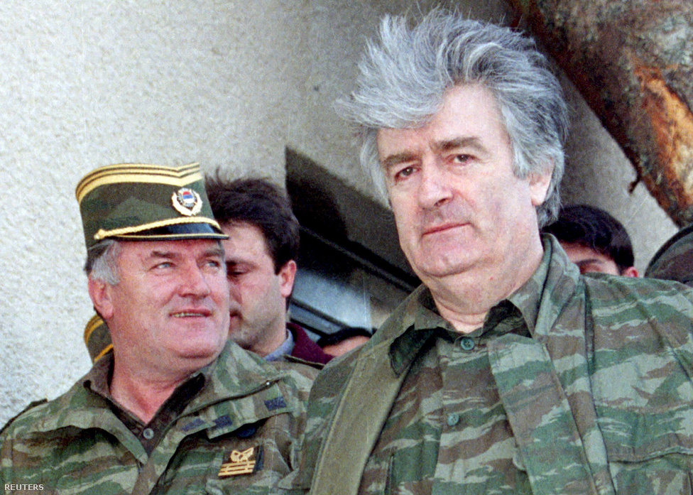 Radovan Karadzsics (jobbra) boszniai szerb politikai vezető és Ratko Mladics a boszniai szerb hadsereg parancsnoka. Jelenleg mindkettőjük ellen eljárást folytat a volt Jugoszláviai ügyeivel foglalkozó nemzetközi bíróság.                         A srebrenciaik szenvedése nem 1995 július 11-én, a város elfoglalásakor kezdődött. A boszniai szerb csapatok Ratko Mladics (a képen balra) vezetésével és a szerbiai kormányfő, Szlobodan Milosevics támogatásával az 1992-es bosznia függetlenségi népszavazás után kezdtek szisztematikus etnikai tisztogatásba a bosznia szerb területek bosnyákok lakta településein. A céljuk az volt, hogy a szerb többségű területeken irmagja se maradjon a bosnyákoknak, a módszerük pedig az, hogy miután elfoglaltak egy-egy települést a muszlimok házait felgyújtották, porig rombolták, a lakosokat pedig vagy deportálták, vagy bebörtönözték, vagy megölték. Srebrenicát és a körülötte fekvő bosnyák falvakat a háború kezdete óta folyamatosan támadták. Egy jelentés szerint a háború első három hónapjában 296 falvat tettek a semmivel egyenlővé Srebrenica körül a boszniai szerb csapatok, és eközben 70 ezer telepítettek ki és több mint háromezret öltek meg.