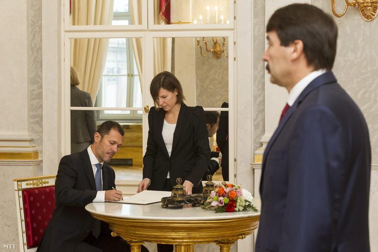 Giró-Szász András a Miniszterelnökség kormányzati kommunikációért felelős államtitkára aláírja kinevezési okmányát a Sándor-palotában 2014. november 10-én.