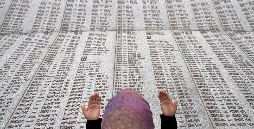 """Az áldozatok nevei a potocari emlékhely falán.                         A srebrenicai mészárlás nagyon kevés túlélője közül az egyik, Mevludin Oric így számolt be a történtekről: """"A földre vetettem magam, az unokaöcsém megrázkódott, és meghalt a hátamon. Amikor a mi csoportunk kivégzését befejezték, tovább álltak a fegyveresek. Folyamatosan hosszabb az újabb és újabb férficsoportokat. Hallottam, ahogy sírnak és könyörögnek, de a katonák folytatták a kivégzést. Így ment egész nap"""".                          Mevludin egy időre elvesztette az eszméletét, és amikor felébredt, már este volt.  """"Az unkaöcsém holtteste még mindig rajtam feküdt. Levettem a szememről a kötést és láttam, hogy világít a sírokat ásó bulldózerek lámpája. A katonák már fáradtak és részegek voltak, és a sérülteket kínozták. Megkérdették tőlük, hogy életben vannak-e, és ha azt monták igen, lőttek.  Aztán végre sötét lett. Lelöktem magamról az unokaöcsém holttestét és felálltam. Mindehol, ameddig a szem ellátott holttestek voltak. Sírni kezdtem, nem tudtam viszatartani""""."""