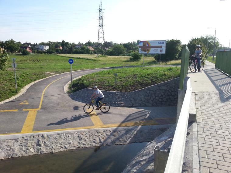 Baromi jól néz ki a felkanyarodó bringaút, nem is tudom hol van máshol ilyen kétszintes kerékpáros kereszteződés