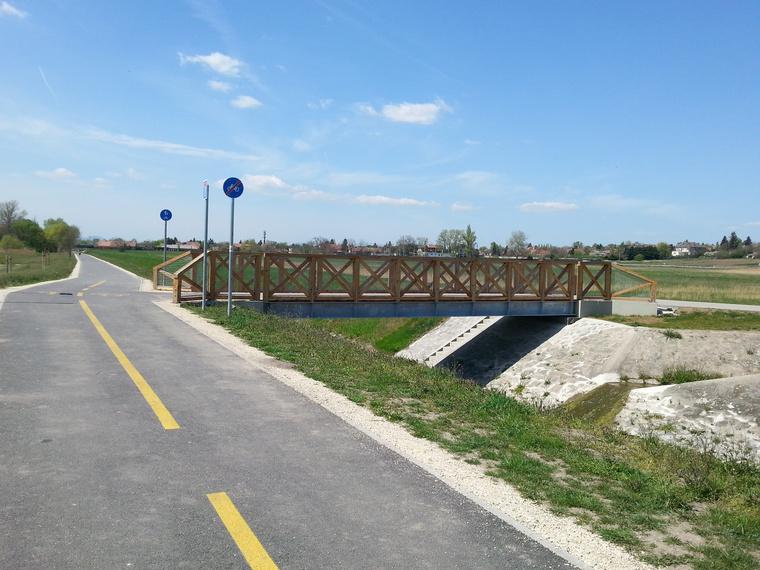 A cinkotai pihenőhöz vezető híd. Idáig tart a kerékpárút, innen északra gyalogos-bringás közös pálya vezet tovább