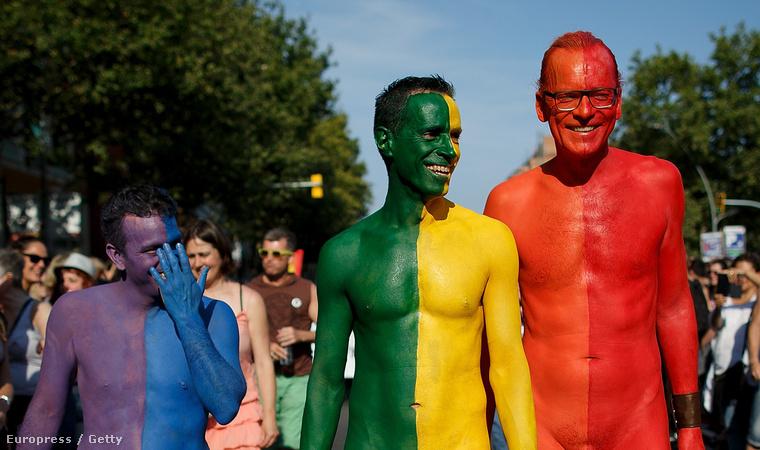 Jelenet a barcelonai pride-ról. Csak festék volt rajtuk, ruha nem