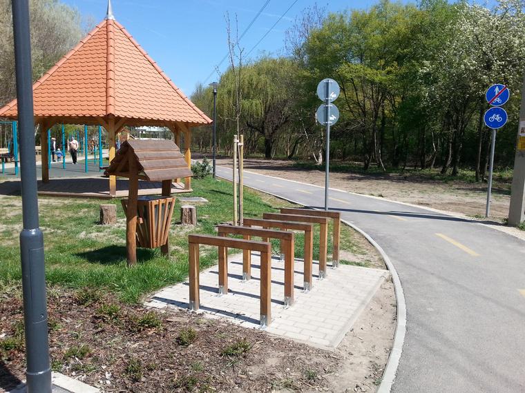 Pirospont, amiért nem a játszótéren vezették át közös kerékpáros-gyalogos sávot, hanem mellette megy el egy bringaút