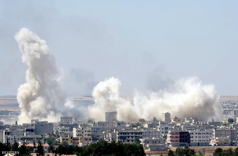 Füst száll fel a rommá ágyúzott Kobane városából