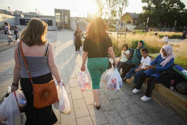 Menekültek a budapesti Kelenföldi pályaudvaron, 2015. július 1-én.