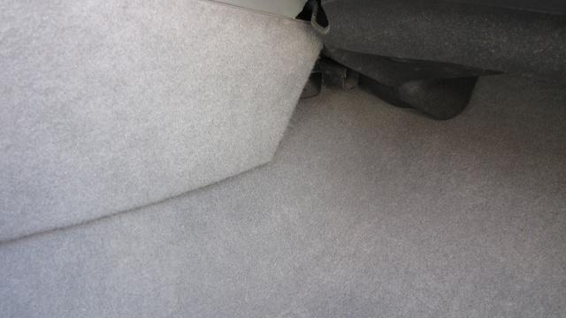 Hamvas szürke lett a szőnyeg, még a lábtérnél is