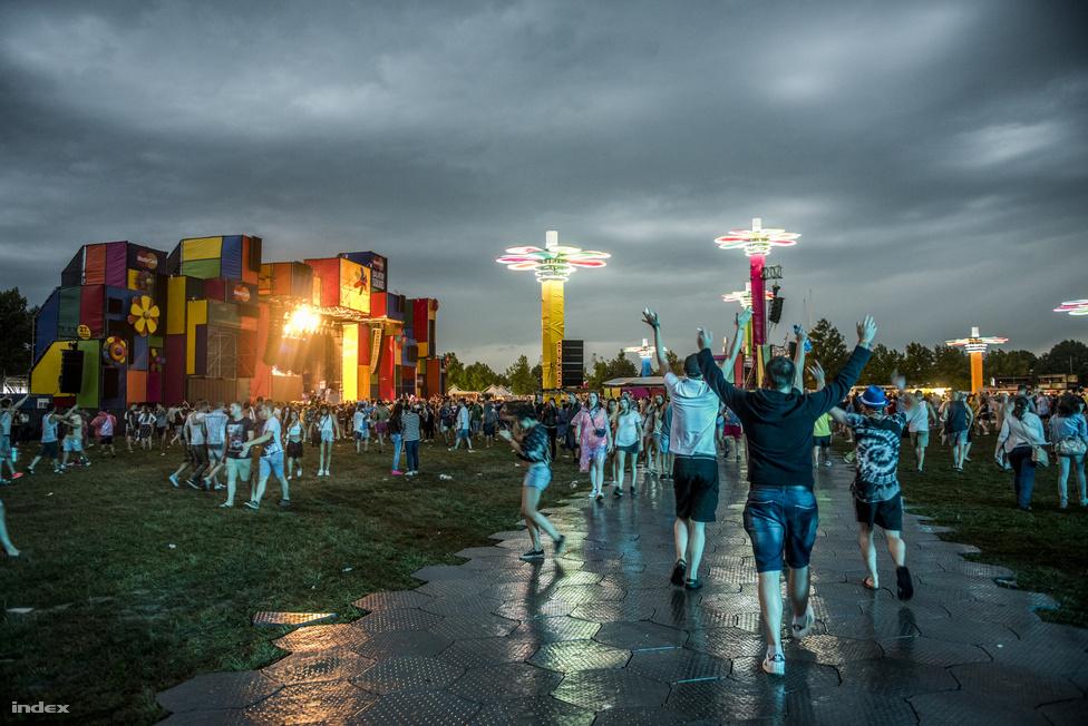 Az első napon kisebb szüneteket kellett beiktatni az erős szél és heves esőzés miatt pedig még így is akadtak bőven olyanok, akik örömmel ugráltak volna ugyanarra a hét-nyolc számra a nagyszínpadnál.