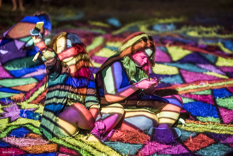 A jobboldali lány valószínűleg épp arra próbál rákeresni, hogy milyen drog vagy alkohol okozhat színes geometriai hallucinációkat.