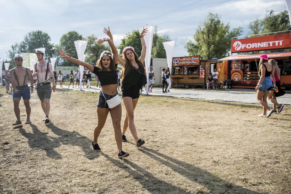 Ezek a lányok biztos azért örülnek ennyire, mert Zamárdiban is van Fornetti.