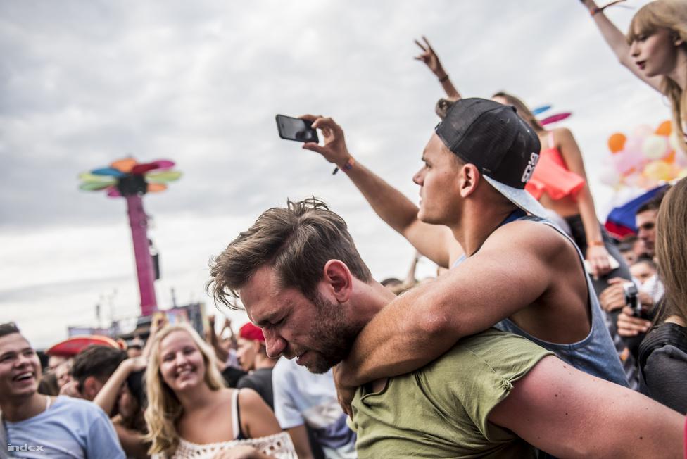 Az extrém szelfizés egyik kevésbé ismert válfaja, amikor felmászunk a nálunk jóval izmosabb cimboránk hátára, hogy még magasabbról láthassa mindenki az Instagramon, hogy itt bizony kérem szépen put your fucking hands in the air van.