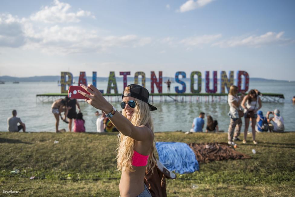 Ha létezik Zamárdiban szelficsomópont, az mindenképpen a hatalmas Balaton Sound-felirat a part mellett.