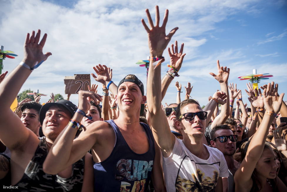 Itt a valószínűleg a DJ valami olyasmit mondhatott, hogy akkor un, dos, tres, nézzetek mindannyian a Napba!