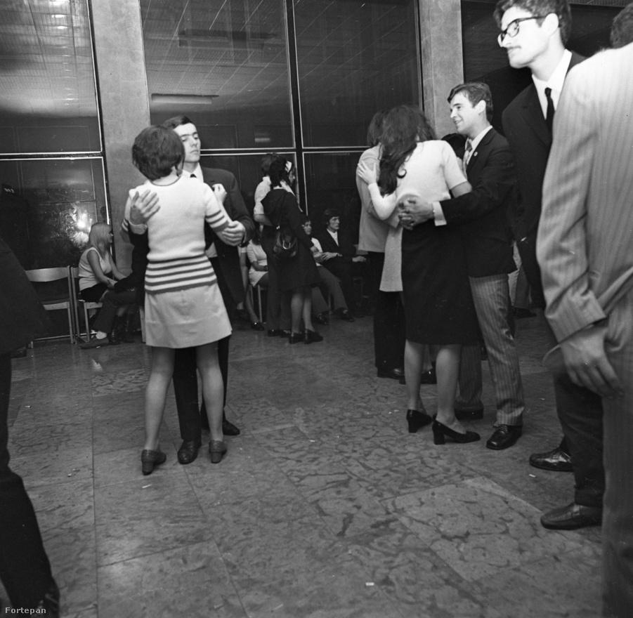 A jólfésültek táncmulatsága – itt nem hiányzik a nyakkendő, akár kötelező, akár nem. Ilyen alkalmakra 1972-ben valamire való fiatal csak a                          legvégső esetben ment el. Mondjuk akkor, ha műegyetemista unokahúg könyörgőre fogta a dolgot. A vörös márvány padlólapokon nem esett valami jól a lassúzás sem. Látszik is, hogy nincs tömeg. Pedig az egyetemi                          KISZ-bizottság biztos nagyon igyekezett. És az is lehet, hogy azon a hétvégén sok igazi buli volt, és borítékolható módon ez az esemény húzta a rövidebbet.