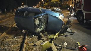 Kimentették a villamossínekre borult autóból, de belehalt a sérüléseibe