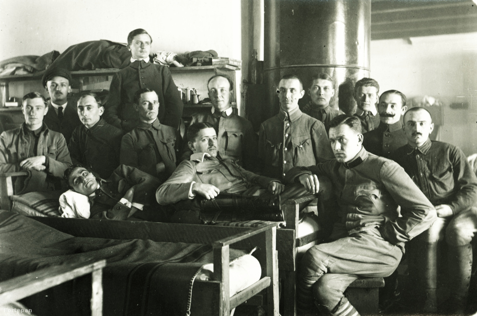 Az 1906-os genfi egyezmény elég komoly jogokat adott a hadifoglyoknak, a papíron létező garanciákat így-úgy be is tartották, azonban azokat nem egy sok éves, minden felet kimerítő, tömegeket megmozgató háborúra szabták, melyben a résztvevők hamarosan saját hadseregüket és lakosságukat sem nagyon tudták már ellátni.