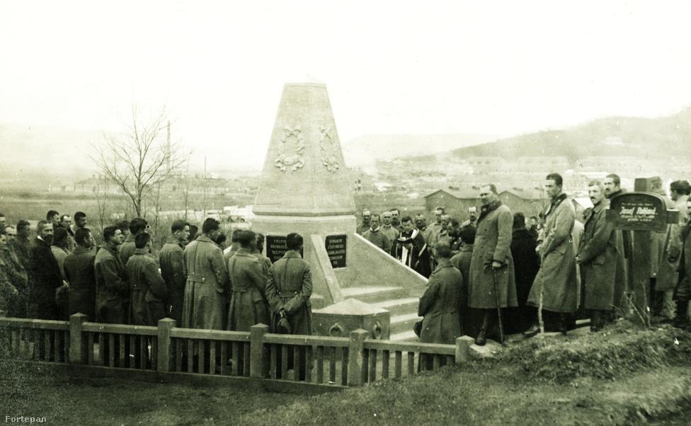 """A skorbut és az általános gyengeség mellett azonban súlyos járványok tizedelték a foglyokat, közülük is a legsúlyosabb, a kiütéses tífusz, ami már a fogság első évében felütötte a fejét. Az eltemetett halottaknak emelt 1916-os emlékmű négy oldalán négy nyelven: magyarul, németül, törökül és oroszul állt a felirat: """"Álmodjatok a szép magyar hazáról, amelyért meghaltatok - 1916""""."""