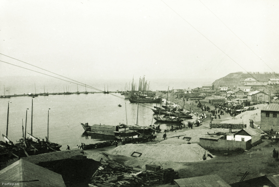 Szibéria, a tengerrel ugyan nem elválasztott, de attól még semmivel sem könnyebben gyarmatosítható végtelen belső kontinens a transzszibériai vonal 1895-ös megépítésétől lett egyáltalán feltárható, legalábbis a vasúttal megközelíthető tájai. A világháborús hadifoglyokat is ide, a meghódítandó kolóniákra irányították, akárcsak régen a gályarabokat, bár a hasonlat ott megbotlik, hogy szándékosan nem akartak annyira általánosan l'art pour l'art kegyetlenkedni velük, mint egykor, vagy éppen majd a második világháborúban.
