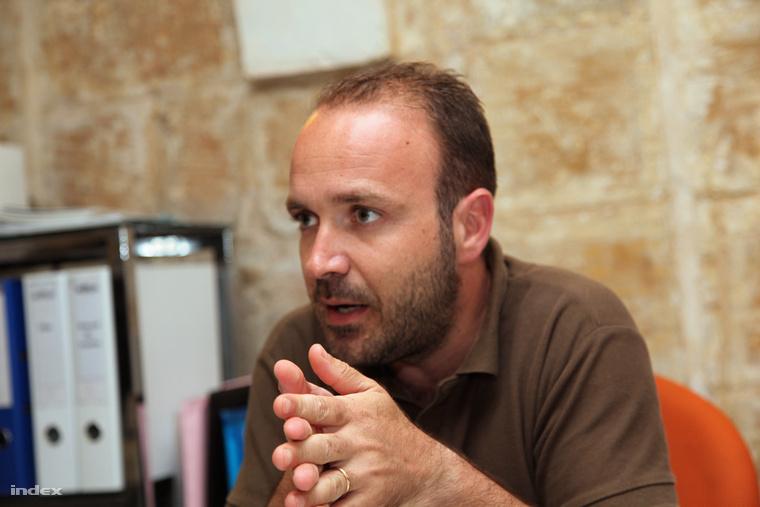 Neil Falzon emberi jogi ügyvéd szerint a máltai kormány háttéralkut köthetett a menekültekről.