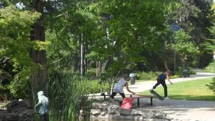 Gördeszkások cseszik szét a Japánkert padjait