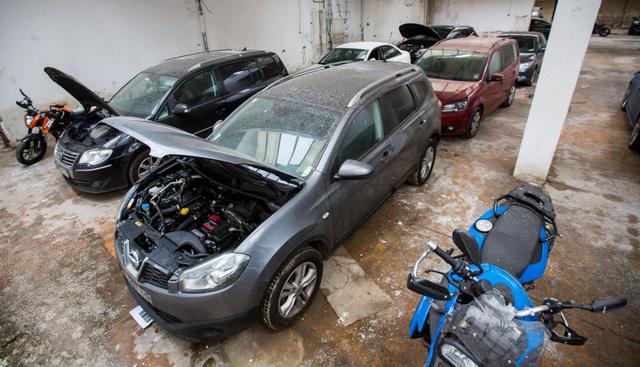 Külföldön és itthon lopott autók és motorok felhalmozva egy magyar gyűjtőhelyen. Innen sokszor egyben mennek tovább, hamis külföldi okmányokkal. Meghirdetik, aztán várják a balekot