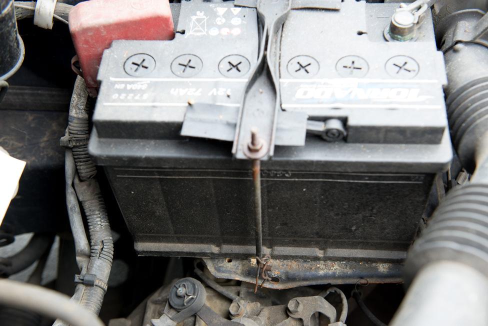 Az akkumulátor nemrég mondta fel a szolgálatot, ideiglenes megoldásnak egy otthon talált 74 amperórás monstrum került bele. A tálcáról ordánáré módon lelóg, csoda, hogy egyáltalán befért a gépházba. Indítási problémák természetesen nincsenek.