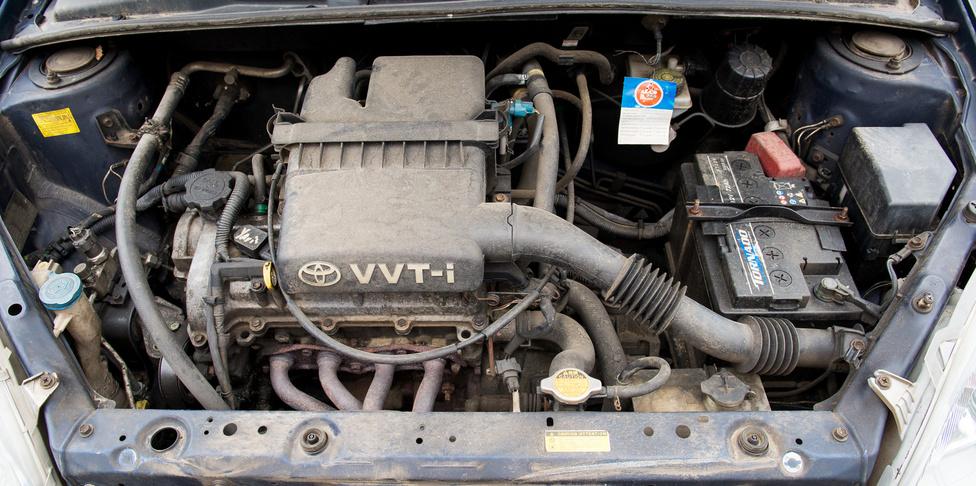 A 68 lóerős egyliteres. Ha valaki azt terjesztené, hogy a nagyobb motorok tovább bírják, azért ez is jusson eszébe. Egyetlen vezérműlánc-csere valahol 2-300 ezer kilométer között, azon kívül mindene az eredeti.