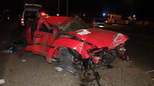 Kerítésnek csapódott egy autó Debrecenben