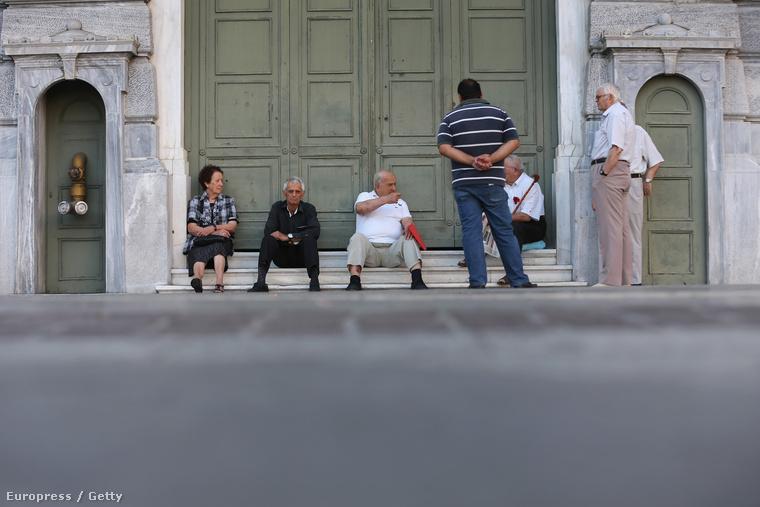 Nyugdíjukért sorakozó athéni idősek várakoznak egy helyi bank előtt.