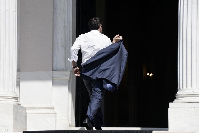 Alekszisz Ciprász érkezik az athéni irodájába, miután hazarepült a brüsszeli tárgyalások lezárása után.