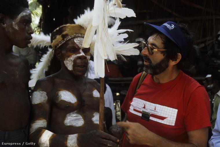 Indonéz törzsfőnök és Dr. Robert Tonkinson ausztrál antropológus terepmunkán 1982-ben