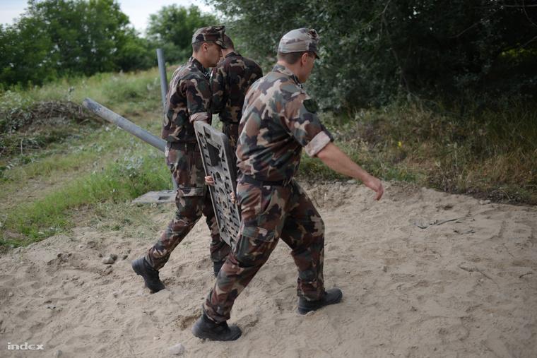 A próbakerítés építésének előkészületi munkái a szerb-magyar határon