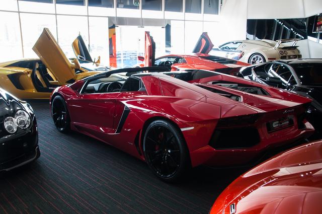 Alig lehet rendesen fotózni, mert mindig belóg egy Lamborghini. Vagy több