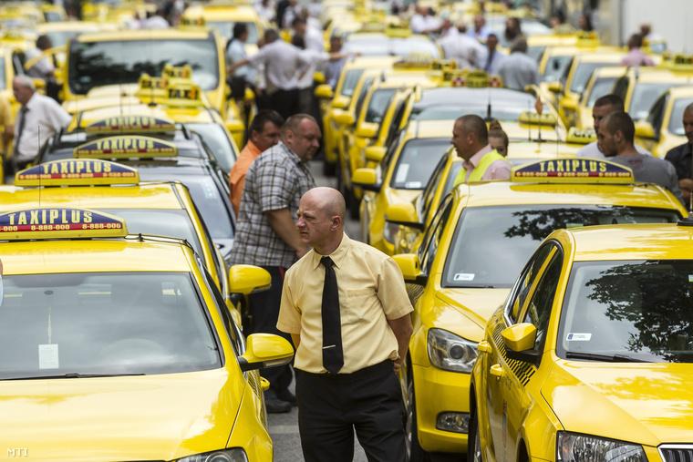 Taxisok álló demonstrációja a Fuvarozó Vállalkozók Országos Szövetsége (FUVOSZ) és az Országos Taxis Szövetség (OTSZ) szervezésében Budapesten az V. kerületi Alkotmány utcában 2015. június 16-án.