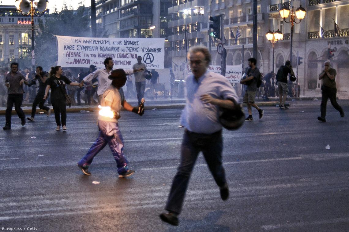 Görögország a szakadék széléről fordult vissza szerda éjjel. A parlamenti döntés részleteiről itt olvashat részletesen.