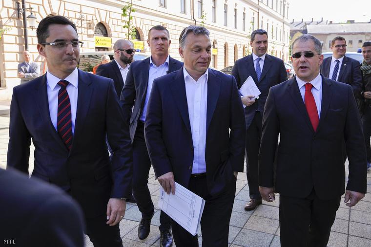 Orbán Viktor miniszterelnök, Papp László, Debrecen polgármestere és Kósa Lajos országgyűlési képviselő a debreceni városháza mellett 2015. május 18-án.