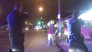 Durva videó: fegyvertelen férfit lőttek szét a rendőrök egy bicikli miatt