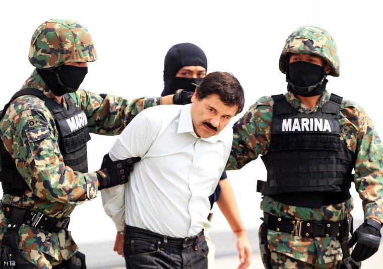 """A 2014. február 22-i képen Joaquin """"El Chapo"""" Guzmánt, a hírhedt Sinaloa-drogkartell fejét kísérik tengerészgyalogosok Mexikóvárosban."""