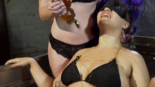Őrülten szexi tud lenni, ha valakit mézzel kenegetnek