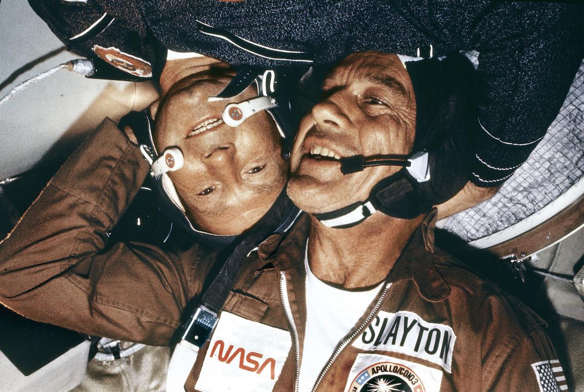 Slayton és Leonov ölelik egymást az űrben.